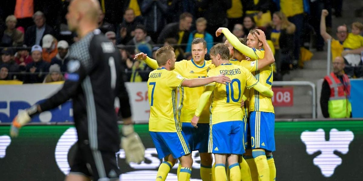 Swedish players celebrate after forward Marcus Berg (unseen) scored during the FIFA World Cup 2018 qualifying match between Sweden and Luxembourg in Solna, north of the capital Stockholm on October 7, 2017. / AFP PHOTO / TT NEWS AGENCY / Jessica GOW / Sweden OUT