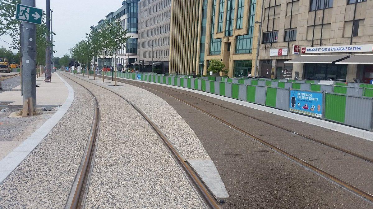 Allée Scheffer. La voie habillée par un béton désactivé (partie claire) accueillera les camelots et le public de la Schueberfouer.