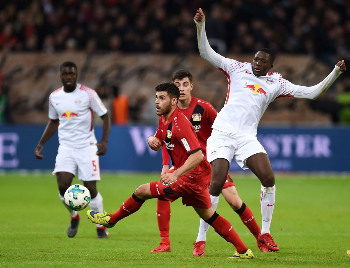 Leverkusens Kevin Volland, hier gegen Ibrahima Konate (r.), erzielte den 2:2-Ausgleich gegen Leipzig.