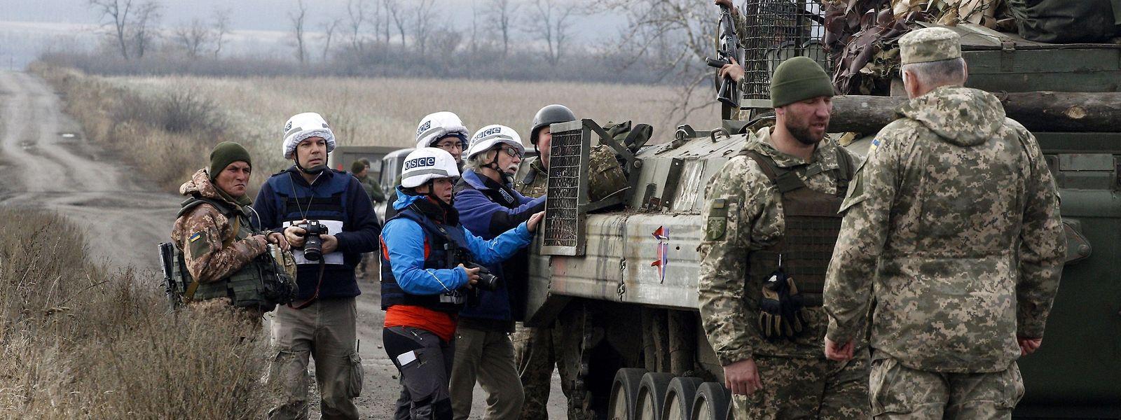 Die OSCE überwacht den Abzug von Panzern aus der umkämpften Region.