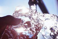 FILLING GLASS WITH WATER TRINKWASSER EAU SONNE