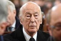 ARCHIV - 23.11.2015, Hamburg: Der frühere französische Präsident Valery Giscard d'Estaing (M) nimmt an der Trauerfeier für den früheren Bundeskanzler Schmidt. Der frühere französische Staatschef ist tot. Der Zentrumspolitiker, der von 1974 bis 1981 im Elyseepalast amtiert hatte, starb im Alter von 94 Jahren, wie die französische Nachrichtenagentur AFP unter Berufung auf die Umgebung des früheren Präsidenten berichtete. Foto: Fabian Bimmer/dpa +++ dpa-Bildfunk +++