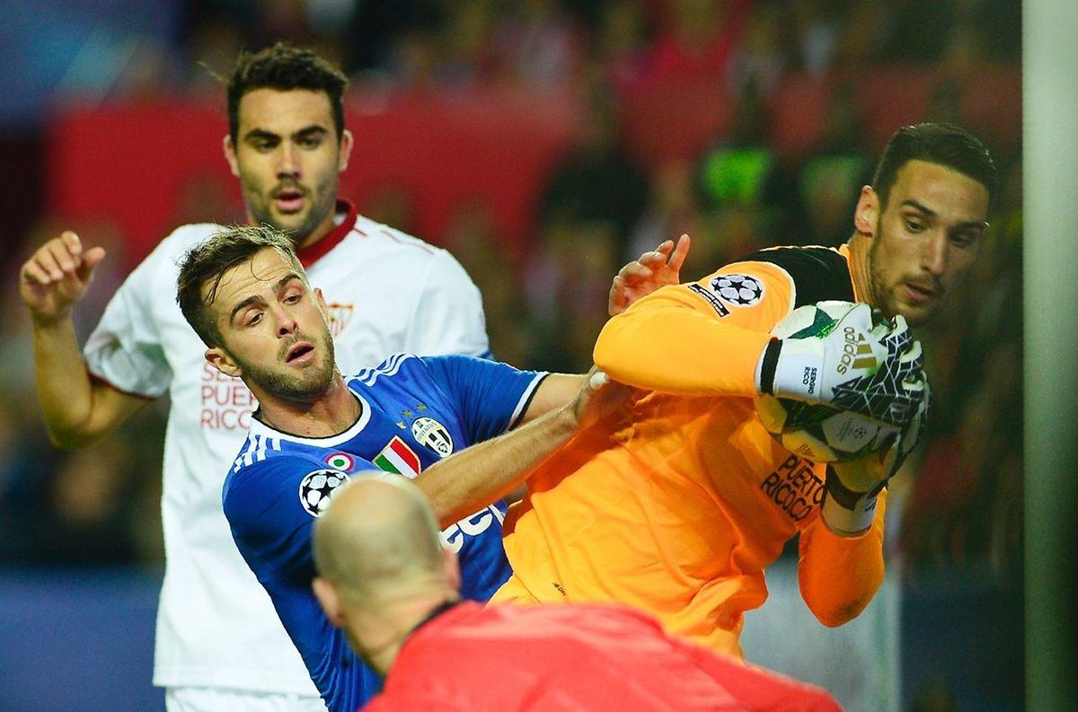 Miralem Pjanic (Juventus) tente de gêner le gardien de but sévillan, Sergio Rico Gonzalez (en orange)