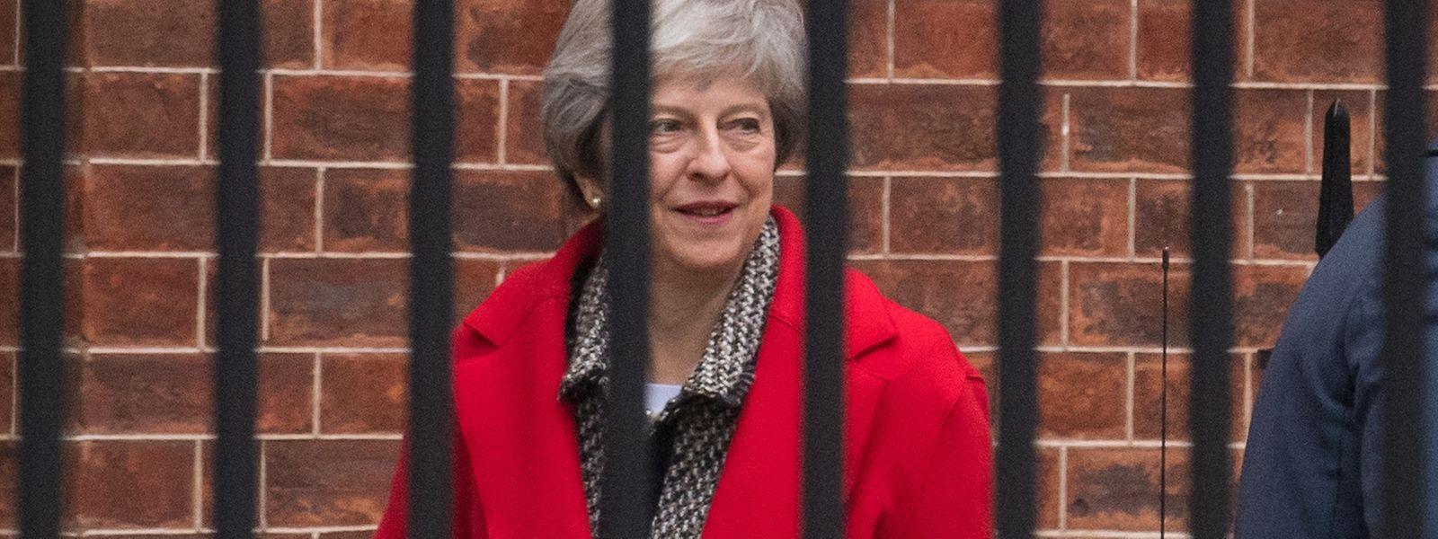 """May hatte am Sonntag vor einem """"Putsch"""" gewarnt. Ein Führungswechsel würde die Verhandlungen mit Brüssel nicht einfacher machen und auch die Mehrheitsverhältnisse im britischen Parlament nicht verändern."""