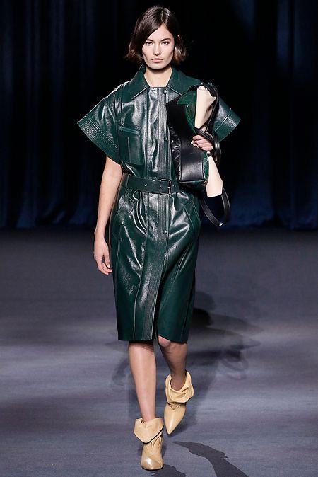 Das dunkelgrüne Lederkleid von Givenchy ist durchaus sexy, aber nicht vulgär.