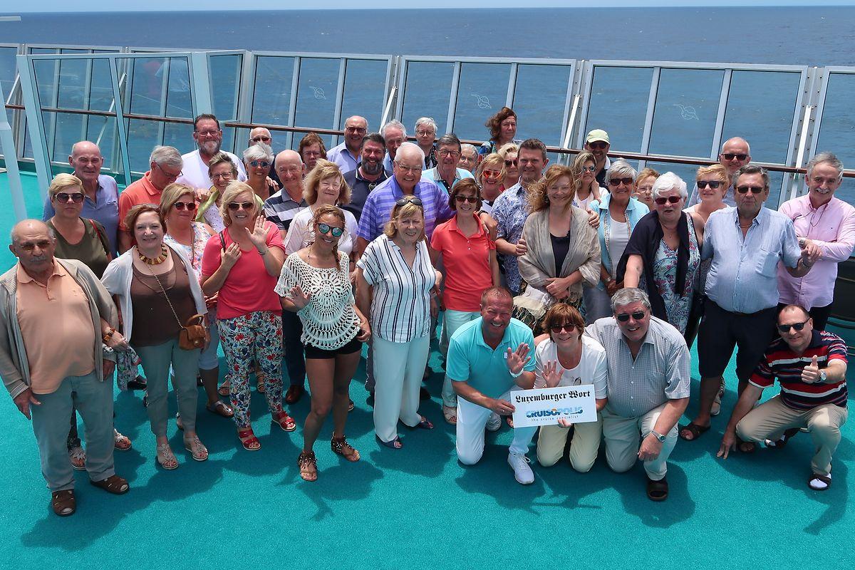 """44 Leser des """"Luxemburger Wort"""" nahmen an der Kreuzfahrt von Kapstadt bis nach Mauritius teil. Kreuzfahrtdirektor Klaus Gruschka (kniend links) ließ es sich nicht nehmen, beim traditionellen Foto-Shooting an Bord der MS Artania dabei zu sein."""