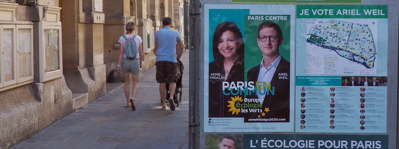 Wahlkampfplakate für die Kommunalwahl stehen im zweiten Pariser Stadtbezirk vor dem Bezirksrathaus. Auf einem Plakat ist unter anderen die sozialistische Bürgermeisterin Anne Hidalgo zu sehen, die gute Chancen für ein zweites Mandat hat.