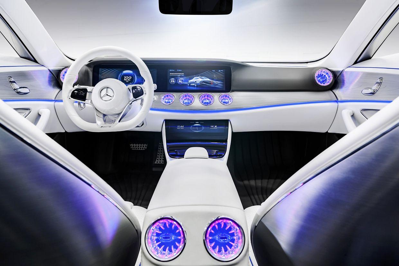 """Luftausströmer aus Swarovski-Glas und zwei nahtlos verschmelzende Riesen-Displays: So stellt sich Mercedes im Showcar """"Concept IAA"""" die Zukunft des Cockpits vor."""