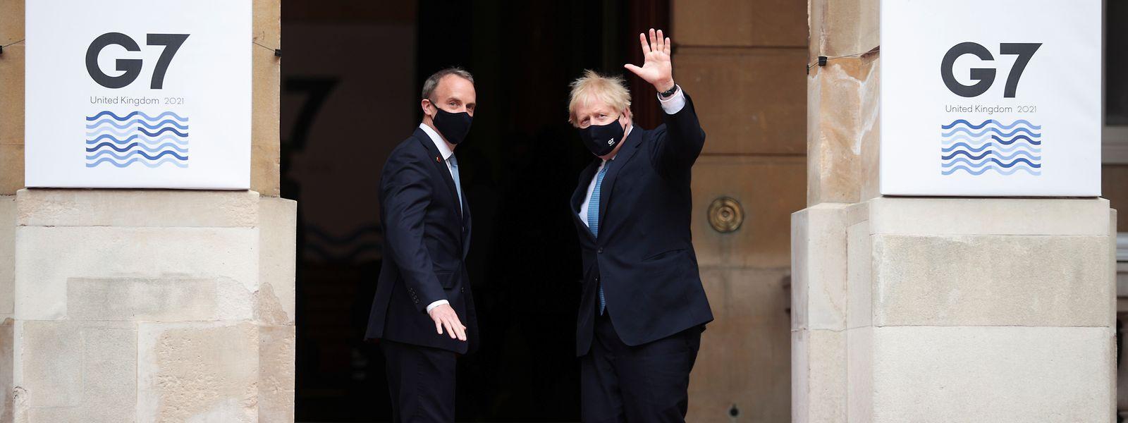 Boris Johnson (r), Premierminister von Großbritannien, wird von Dominic Raab, Außenminister von Großbritannien, vor dem Lancaster House begrüßt.