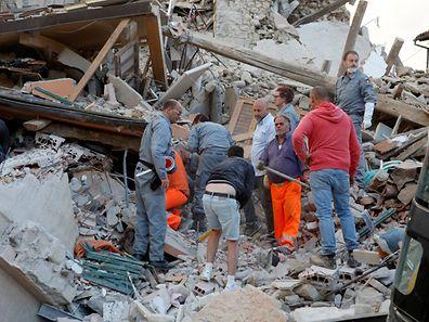 In Amatrice liegt die halbe Stadt in Trümmern. Rettungskräfte bergen Verschüttete.