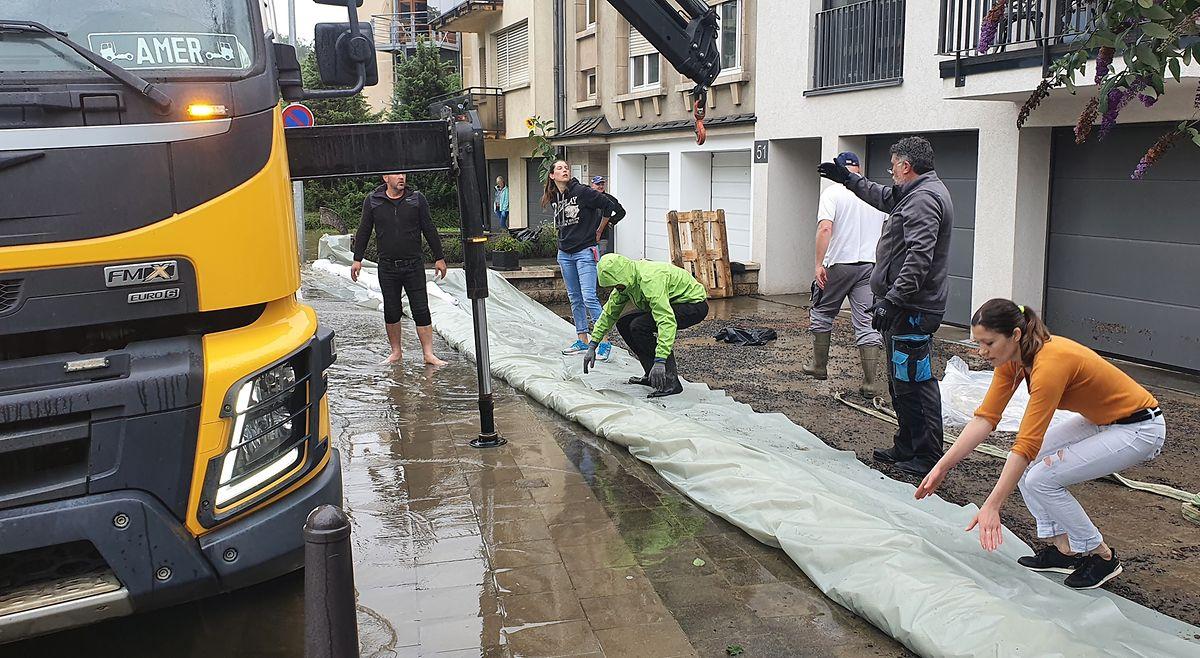 Entre Clausen e o Pfaffenthal, os vizinhos unem esforços para levantar barricadas à água.