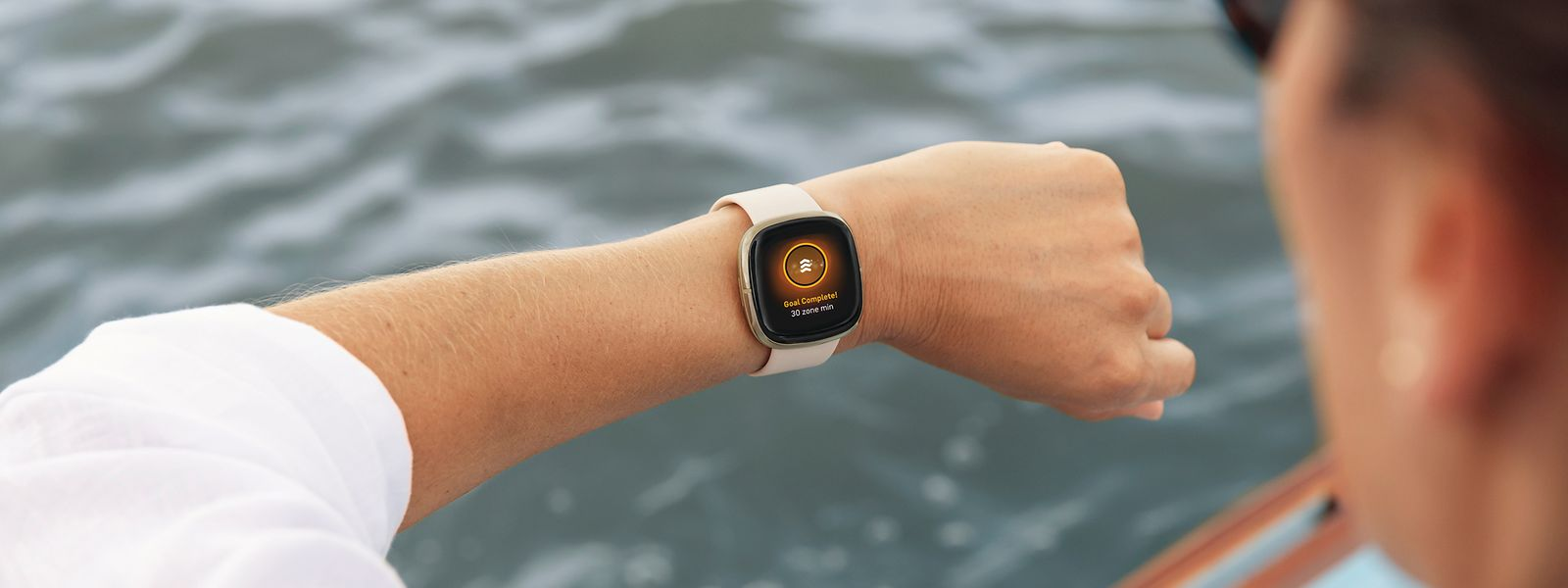 Smartwatches und Sportuhren wie die Fitbit Sense erfreuen sich auch in Pandemiezeiten großer Beliebtheit.