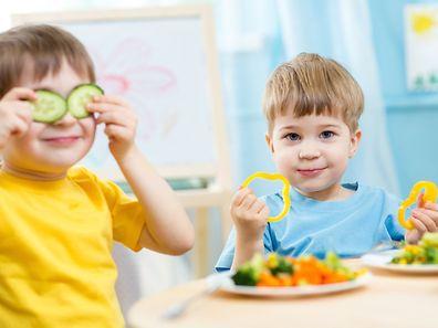 Les éducatrices profitent du repas ensemble pour introduire des mots de français du quotidien