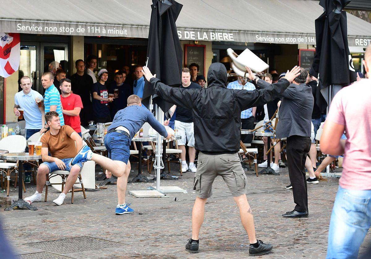 Teilweise haben die Hooligans mit Stühlen auf englische Fans eingeschlagen.
