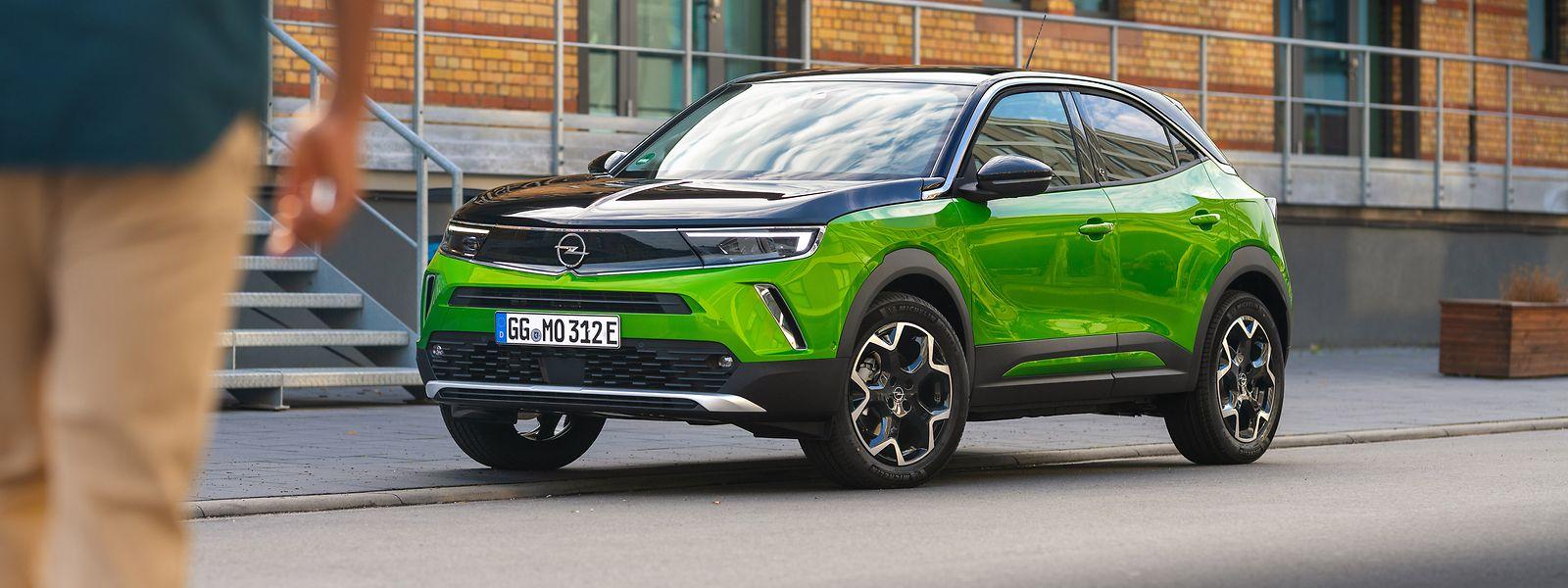 Als grüner Ritter, der sich mit einem Visier gegen Umweltgefahren schützt, kämpft der Opel Mokka-e für mehr Elektromobilität.