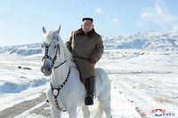 HANDOUT - 16.10.2019, Nordkorea, ---: Dieses undatierte von der staatlichen nordkoreanischen Nachrichtenagentur KCNA am 16.10.2019 zur Verfügung gestellte Foto zeigt Kim Jong Un, Machthaber von Nordkorea, auf einem weißem Pferd auf dem schneebedeckten Berg Paektusan - dem höchsten Gipfel des Landes an der Grenze zu China. ACHTUNG: Das Foto wurde von der staatlichen nordkoreanischen Nachrichtenagentur KCNA zur Verfügung gestellt. Sein Inhalt kann nicht eindeutig verifiziert werden. Foto: -/KCNA/dpa - ACHTUNG: Nur zur redaktionellen Verwendung im Zusammenhang mit der aktuellen Berichterstattung und nur mit vollständiger Nennung des vorstehenden Credits +++ dpa-Bildfunk +++