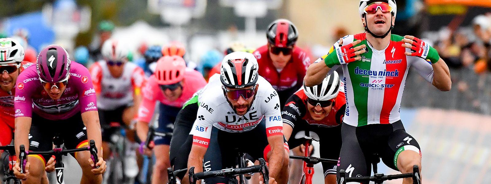 Elia Viviani (r.) jubelte zwar am Montag, aber der Etappenzweite Fernando Gaviria (im weißen Trikot) wurde wenig später zum Sieger ernannt.