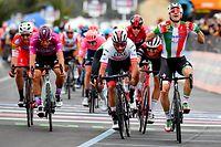 Elia Viviani (I/Deceuninck) jubelt. Ihm wird aber im Nachhinein der Sieg aberkannt und Fernando Gaviria (COL/Emirates) wird zum Etappensieger erklärt - Giro d'Italia 2019 - 3. Etappe - Vinci/Orbetello 220km - Foto: Serge Waldbillig