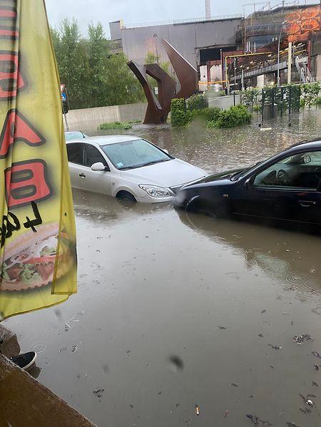 Das Wasser stieg so schnell an, dass Bürger die Autos dem Wasser überlassen mussten.