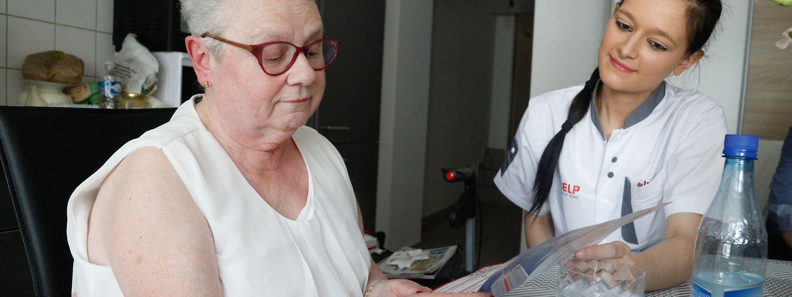 Marine Gazel erklärt Liliane Le Clerc-Hubert anhand einer Broschüre die Verhaltensregeln bei Hitze.