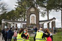 Am Sanktuarium herrschte 2021 noch am meisten Normalität. Hunderte Gläubige verharrten kurz vor dem Heiligenschrein, legten Blumen ab und entzündeten Kerzen.