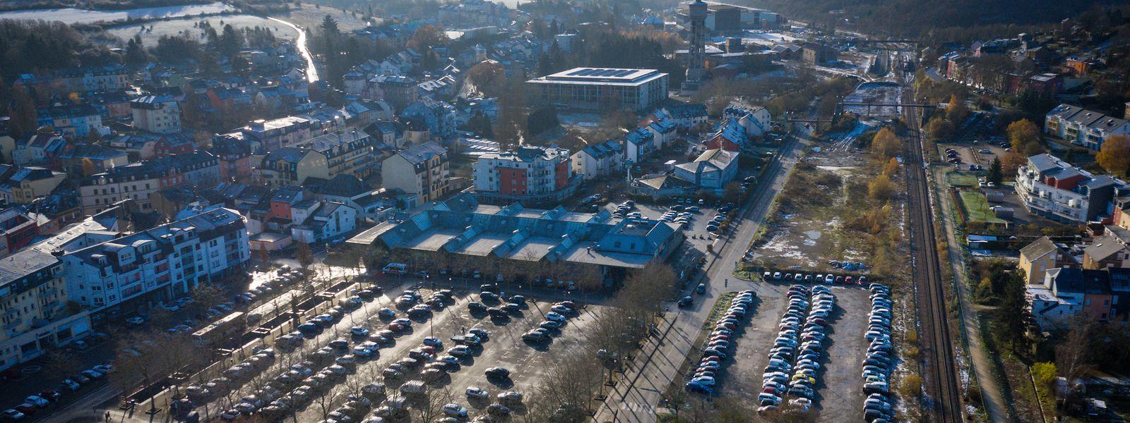 Le parking de la place Jean Fohrmann sera bientôt souterrain. Sur une partie de la place, du côté de la route de Thionville, un nouveau bâtiment sera construit. Cette route sera déplacée plus près des rails (à droite sur la photo).