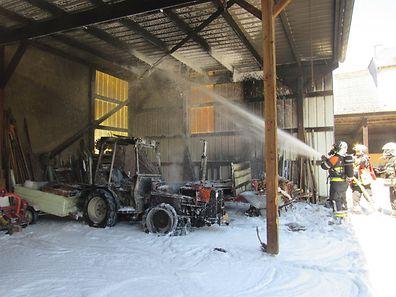 Die Feuerwehr verhinderte, dass das Feuer vom Traktor auf die Dachkonstruktion übersprang.