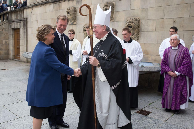 Erzbischof Jean-Claude Hollerich empfing die Mitglieder der großherzoglichen Familie vor der Krypta der Kathedrale.