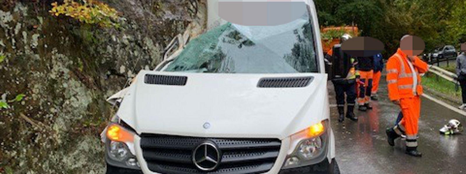 Der Minibus kollidierte mit dem Felsvorsprung.