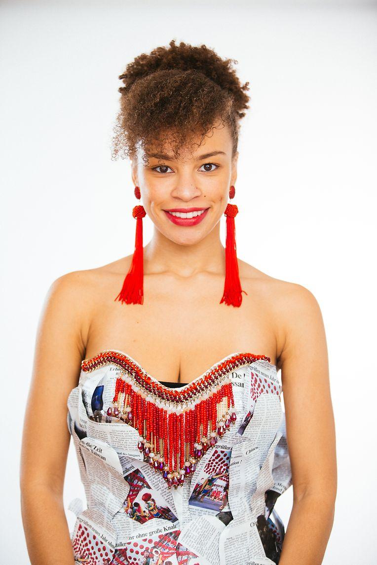 """Um ihren ganz persönlichen Stil in Szene zu setzen, entschied sich """"Top Model Europe""""-Kandidatin Janine Duarte Neves für eine Robe aus Zeitungen, die eigens für sie angefertigt wurde."""