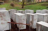 24 solcher Betonstelen hat die Künstlergruppe in Björn Höckes Wohnort aufgestellt.