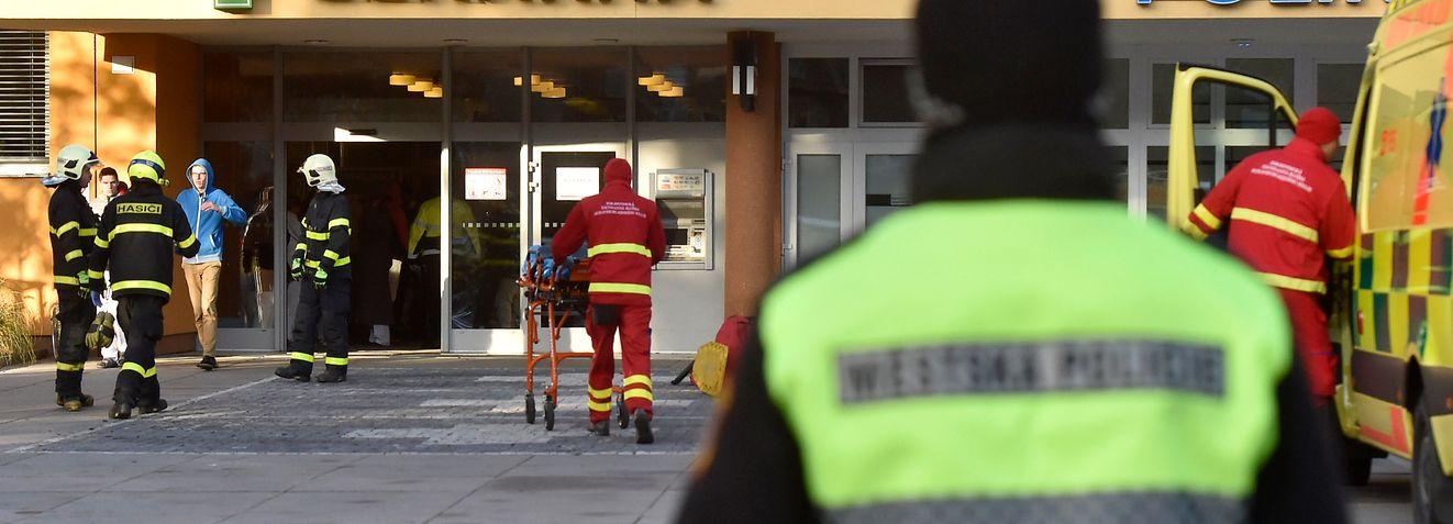 10.12.2019, Tschechien, Ostrava: Ein Polizeibeamter steht auf dem Gelände des Universitätsklinikums. Nach Schüssen in dem Krankenhaus soll es mehrere Tote gegeben haben. Foto: Jaroslav O?ana/CTK/dpa +++ dpa-Bildfunk +++