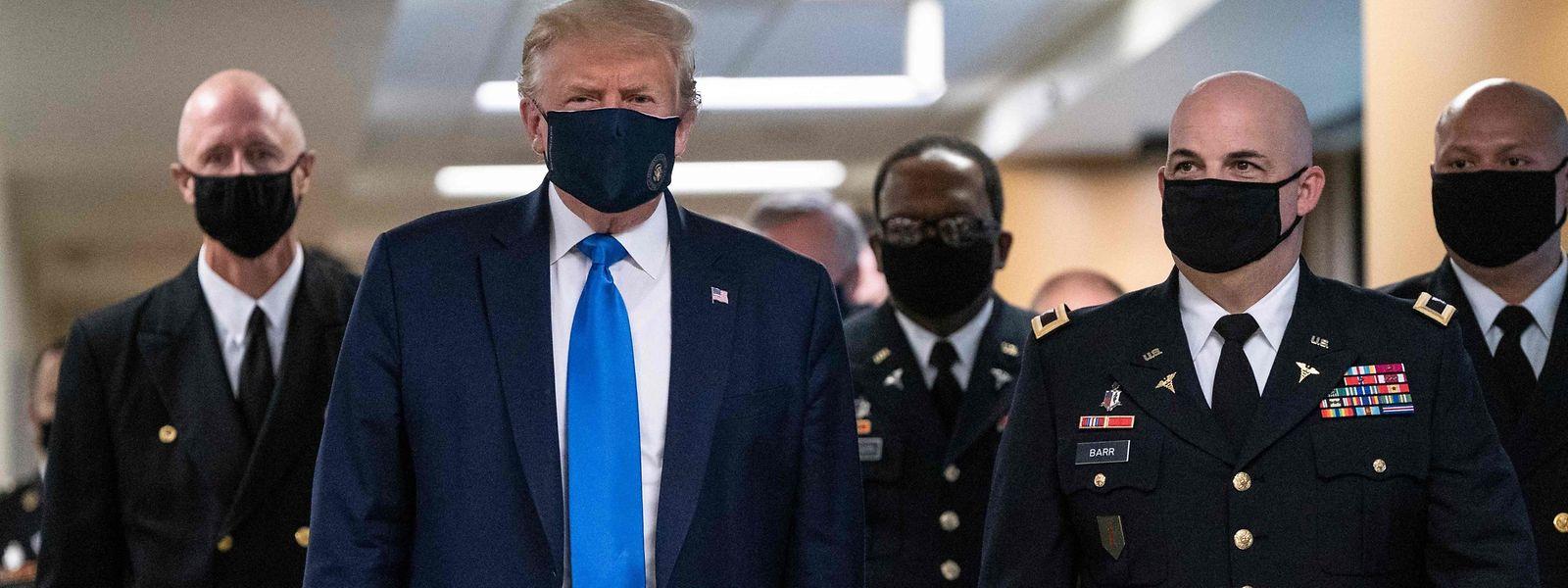 Bisher hatte der US-Präsident das Tragen einer Maske für sich selbst abgelehnt.