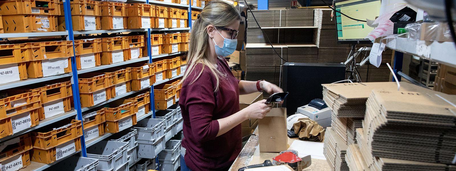 Une opératrice peut empaqueter, étiqueter, scanner et expédier jusqu'à 90 colis/heure pour certains produits. Dextérité impressionnante.