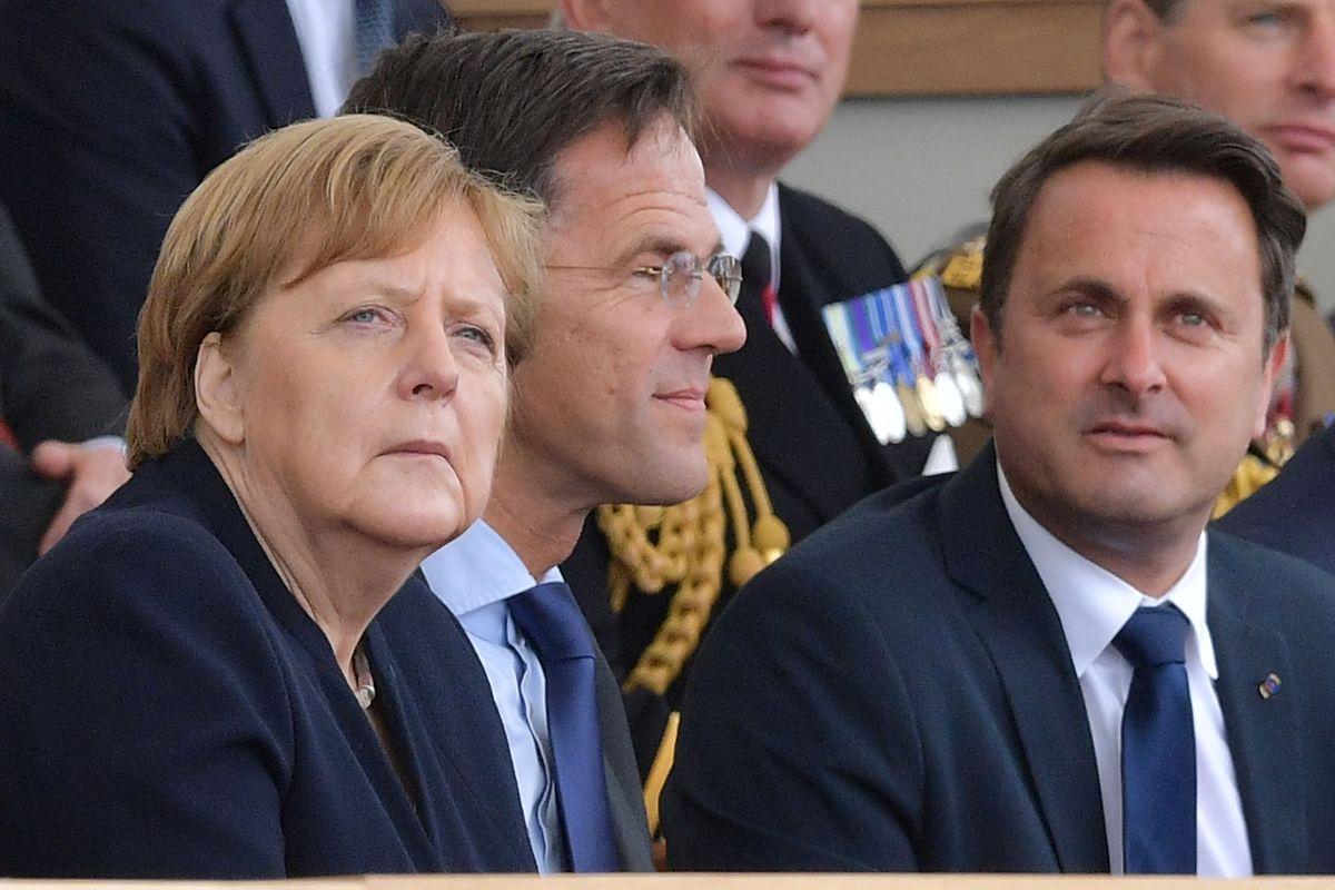 O primeiro-ministro Xavier Bettel ao lado da chanceler alemã Angela Merkel e do primeiro-ministro dos Países Baixos Mark Rutte, durante a cerimónia