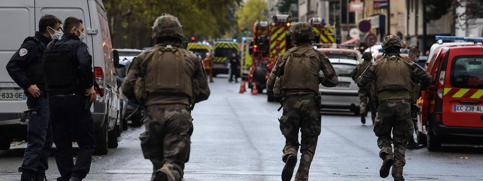 Soldaten laufen zum Tatort im elften Arrondissement.