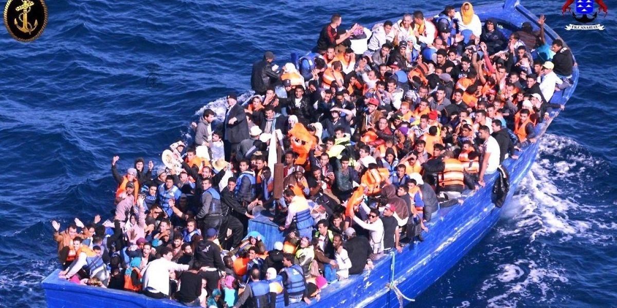 Migrantes na costa libanesa em direcção à Europa