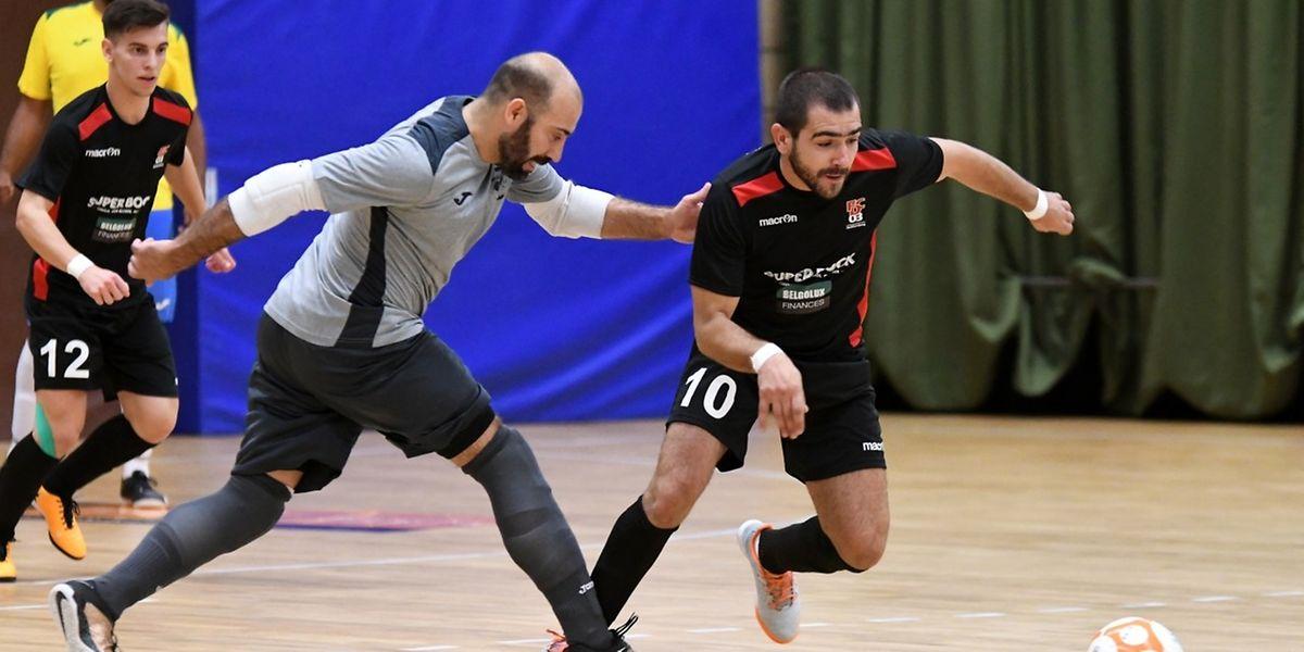 Bruno Duarte (en gris), le gardien du Samba 7 ALSS Futsal Niederkorn, tente de reprendre José Vieira du FC Differdange 03.