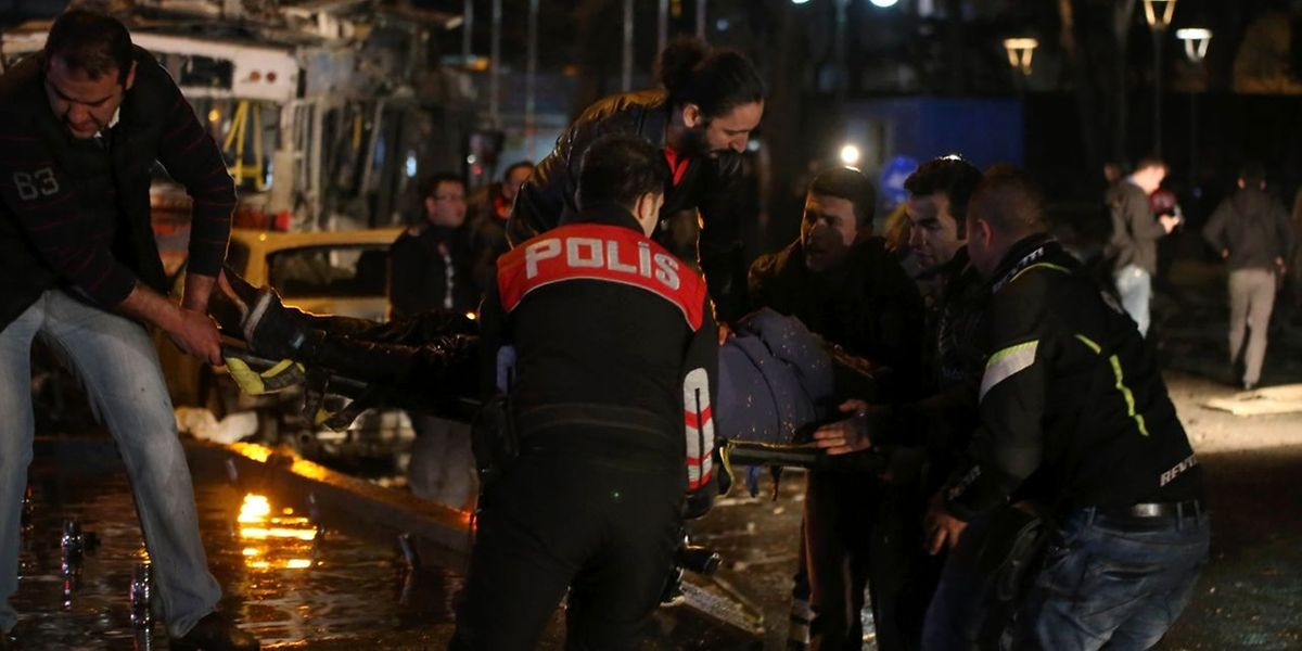 Polizei und Rettungskräfte bergen eine verletzte Person, nachdem es zu einer Explosion im Zentrum von Ankara gekommen war.