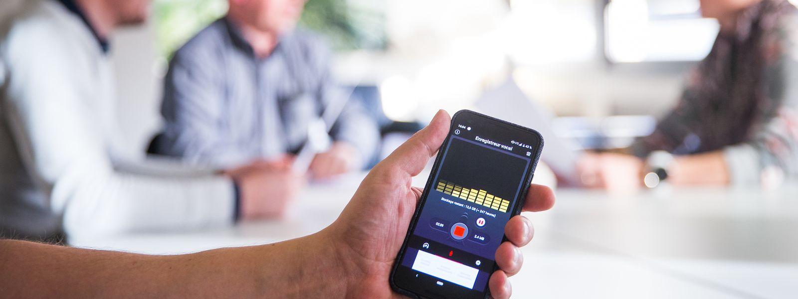 Les conversations sont considérées comme privées, si les participants supposent qu'ils sont entre eux et que personne n'est susceptible de les enregistrer.