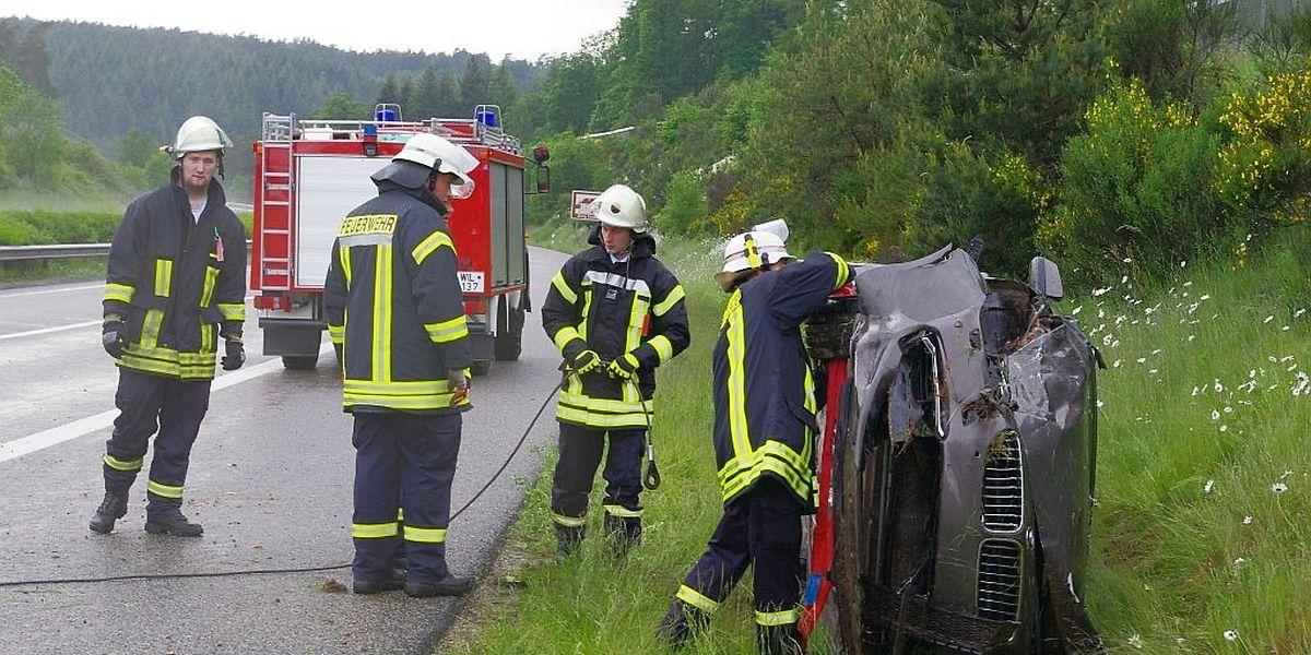 Der Fahrer musste von der Feuerwehr aus dem Auto befreit werden.