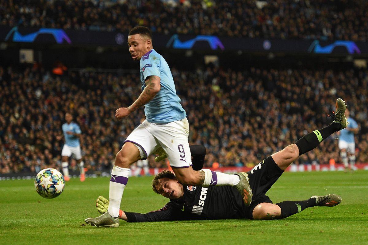 L'attaquant brésilien de Manchester City, Gabriel Jesus déborde le gardien du Shakhtar Donetsk, Andrey Pyatov