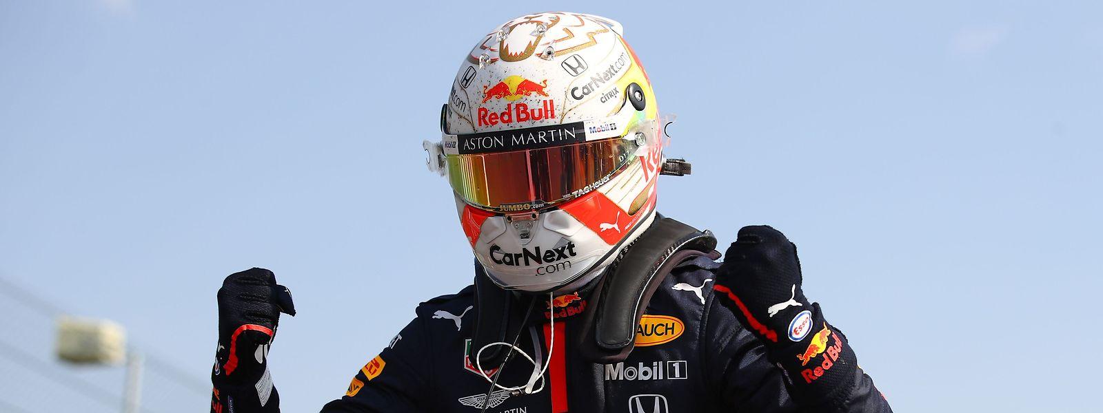 Max Verstappen gewinnt in Silverstone vor den beiden Mercedes-Piloten.