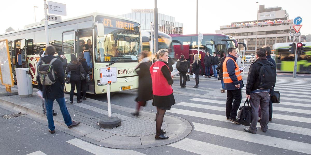 CFL-Mitarbeiter informierten die Fahrgäste und leiteten sie zu den Ersatzbussen.