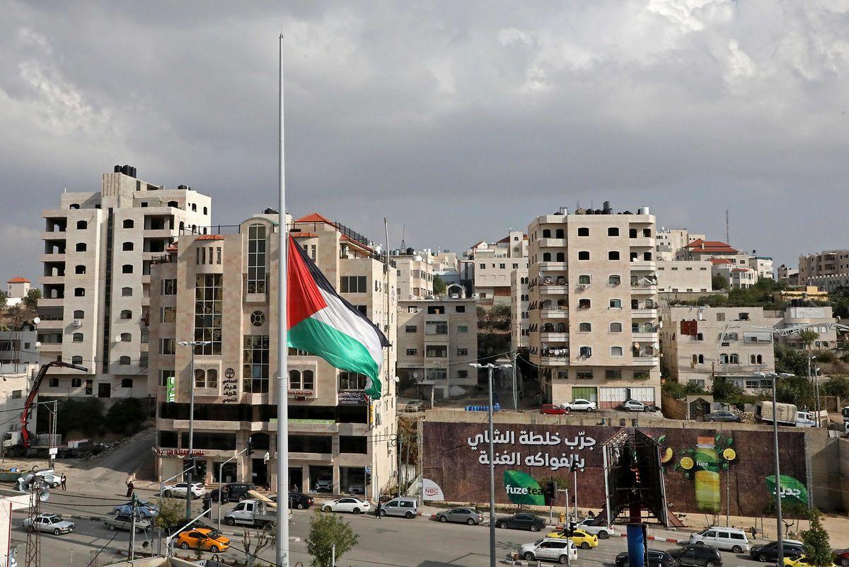 Die palästinensische Flagge weht im Westjordanland auf halbmast.