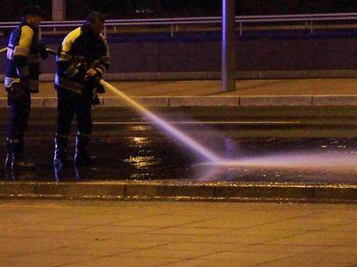 Die Feuerwehr reinigte den Vorplatz der Philharmonie - nach Angaben der Verteidigung geschah das unsachgemäß.
