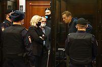 02.02.2021, Russland, Moskau: Der Oppositionsaktivist Alexej Nawalny (r) und seine Anwälte Olga Mikhailova und Vadim Kobzev (l-r M) sind im Moskauer Stadtgericht bei einer Anhörung vor dem Simonovsky Bezirksgericht zu sehen, in der es um einen Antrag des russischen Föderalen Strafvollzugsdienstes geht, Nawalnys Bewährungsstrafe von dreieinhalb Jahren in eine echte Haftstrafe umzuwandeln. Nawalny, der seit Dezember 2020 in Russland wegen Verstoßes gegen Bewährungsauflagen im Fall Yves Rocher gesucht wurde, wurde bei seiner Rückkehr aus Deutschland nach Russland am 17. Januar 2021 am Flughafen Scheremetjewo bei Moskau festgenommen. Am 18. Januar entschied das Gericht der Moskauer Region Chimki, dass Nawalny bis zum 15. Februar 2021 in Untersuchungshaft genommen wird. Pressedienst des Moskauer Stadtgerichts/TASS Foto: Moscow City Court Press Service/TASS/dpa - ACHTUNG: Nur zur redaktionellen Verwendung im Zusammenhang mit der aktuellen Berichterstattung und nur mit vollständiger Nennung des vorstehenden Credits DIESES BILD WURDE VON EINER DRITTEN PARTEI ZUR VERFÜGUNG GESTELLT. NUR FÜR REDAKTIONELLE ZWECKE +++ dpa-Bildfunk +++