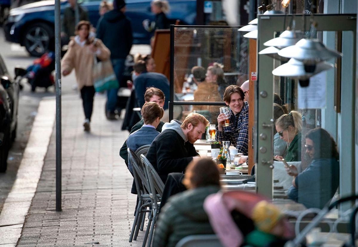 Os restaurantes continuam abertos na Suécia .
