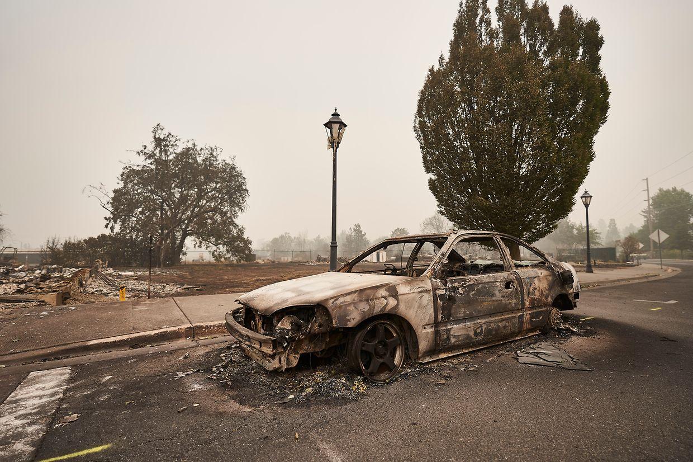 Ein verbranntes Auto steht auf einer Straße in Talent im Süden Oregons.