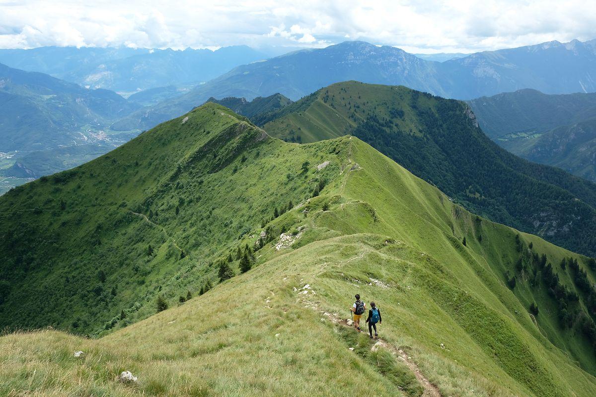 Immer tolle Aussicht: Prächtig ist das stete Auf und Ab über den Gratweg von Gipfel zu Gipfel.